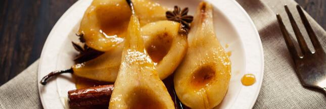 Dessert fruité: poires pochées au vin et à la cardamome