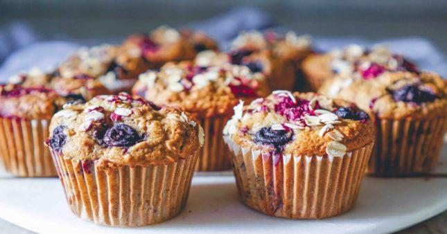 Recette vegan: muffins à l'avocat et aux fruits rouges