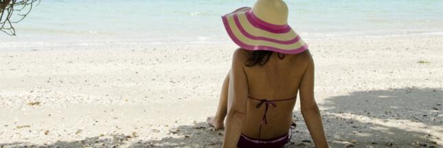 Implants mammaires, soleil et maillots sombres: attention danger!