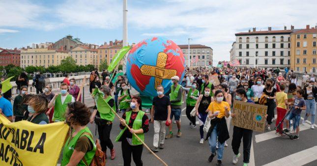 Climat: la mobilisation s'intensifie dans les rues françaises