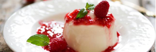 Légère et fruitée, la Panna Cotta vanille au coulis de fruits