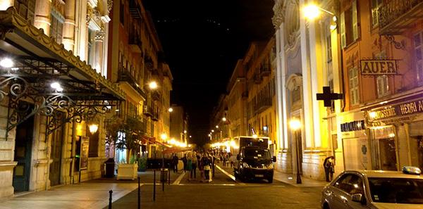 nice-rue-fete-reveillon-cote-d-azur-mediterranee-nuit-route