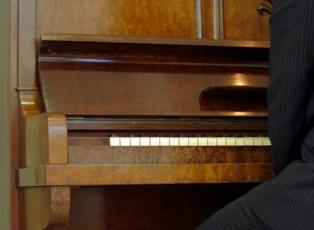 Si Vous Disposez Du0027un Piano, Vous Pouvez Du0027abord Enlever Les Poussières à  Lu0027aide Du0027un Chiffon Qui Aura été Humidifié Par Un Mélange Composé De Deux  ...