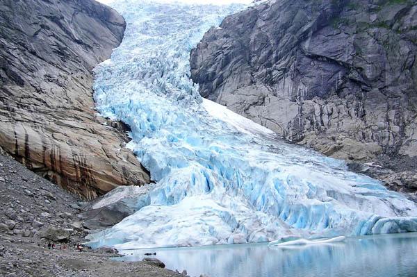 iceberg briksdalsbreen norvege