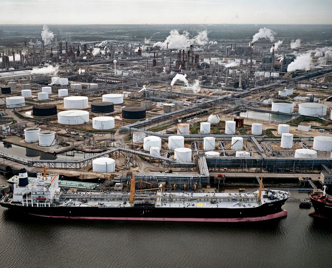 Photo aérienne d'une raffinerie en bord de mer - changement climatique