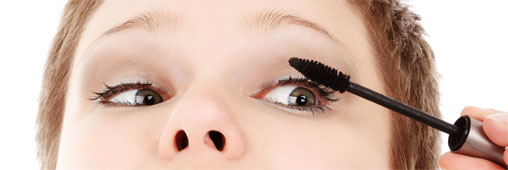 Mesdames, attention aux mascaras périmés !