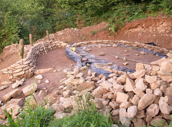 Une vraie maison de hobbit cologique et autosuffisante for Construire une maison de hobbit