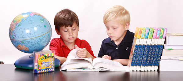 enfant-devoirs-ecoloe-scolarite-travail-bureau