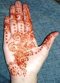Le tatouage au Henné traditionnel est sans danger car la recette n'utilise que des ingrédients naturels. Ce n'est pas le cas du henné noir, qui peut provoquer des allergies.