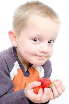 enfant-fraises-fruits-alimentation