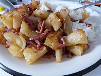 """un repas équilibré, de saison et délicieux! Courge, oignons issus de l'agriculture """"raisonnée"""" et lardons bio, locaux.Le riz est bio également."""