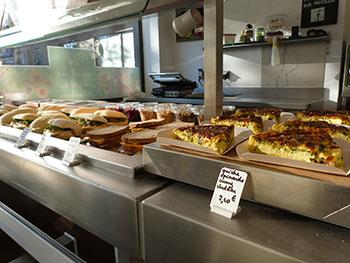 """Sandwiches, salades garnies, soupes, tartes, plats """"d'ici et d'ailleurs"""", desserts, cupcakes, il y en a pour tous les goûts."""