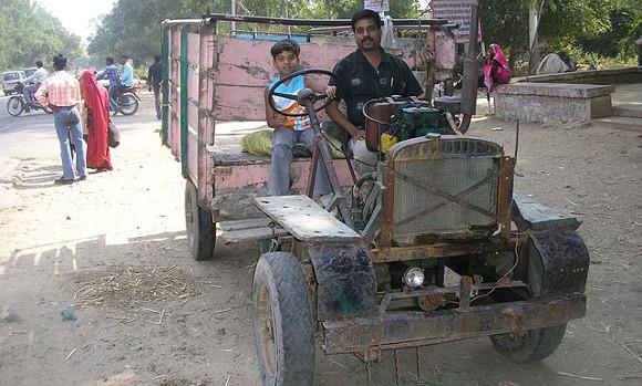 Véhicule fonctionnant avec un moteur construit à partir d'une pompe à eau agricole