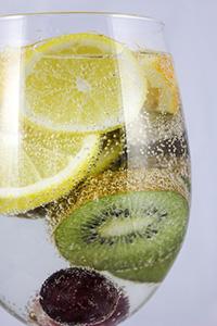 eau-gazeuse-verre-fruits-raison-citron-kiwi