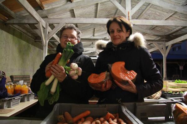 Deux adhérentes viennent aider à la distribution © CC, Emmanuel Daniel