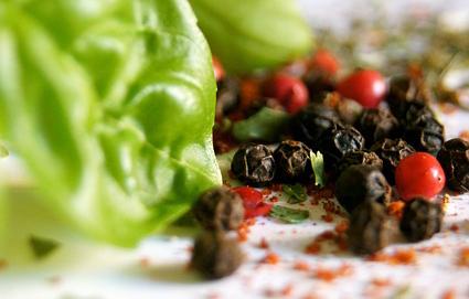 epices-basilic-curry-herbes-poivre