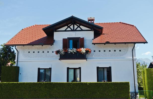 nettoyer sa façade, maison façade en crépis blanc