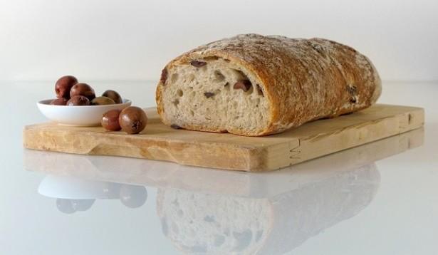 conserver son pain, planche à pain, miche de pain, olives