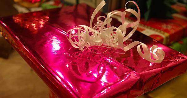 paquet-papier-cadeau-noel-anniversaire-02