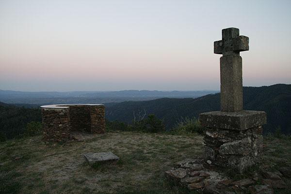 Photo d'une croix en haut d'une montage déserte