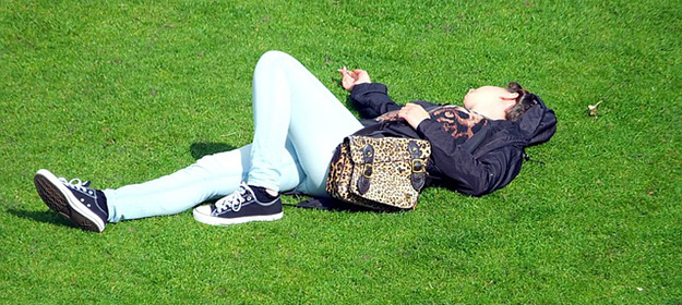sieste-parc-adolescente-sommeil