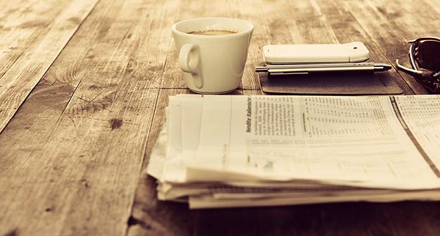cafe-journal-table-bois se lever tôt le matin avantages méthode