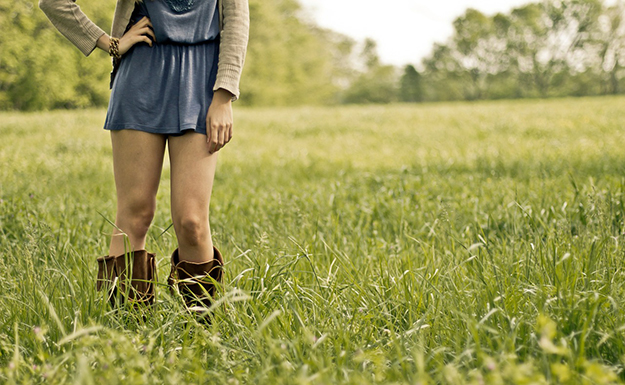 cuisse-jambes-nature-fille-campagne-hydratation