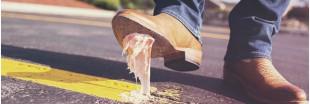 Un balai nettoyeur qui décolle les chewing-gums du sol