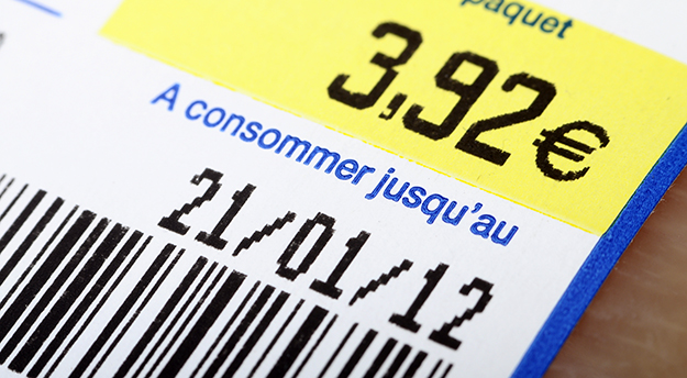 date limite de consommation (DLC) © Shutterstock - http://www.shutterstock.com/fr/pic-93397744/stock-photo-euro-price-bar-code-expiration-date-on-a-food-label-product.html