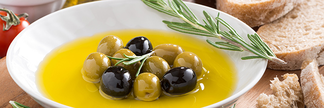 © Shutterstock - fresh olive oil and Italian snacks, close-up - http://www.shutterstock.com/fr/pic-277727627/stock-photo-fresh-olive-oil-and-italian-snacks-close-up.html