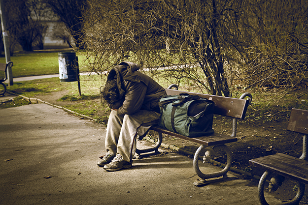 © Shuterstock - homeless man sitting on a bench in a park - http://www.shutterstock.com/pic.mhtml?language=fr&id=134991908