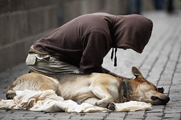 © Shutterstock - Beggar with dog on the street of Prague, Czech Republic - http://www.shutterstock.com/fr/pic.mhtml?id=104052050