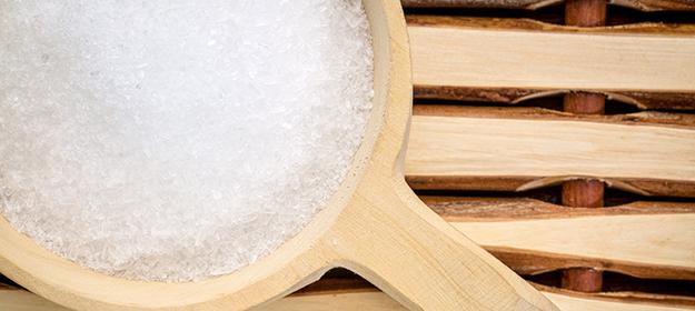 Sulfate de magnésium (sel d'epsom) dans un récipient en bois: le tout sert pour le spa © Shutterstock - http://www.shutterstock.com/fr/pic-273694640/stock-photo-magnesium-sulfate-epsom-salts-in-a-rustic-wooden-scoop-relaxing-bath-concept.html