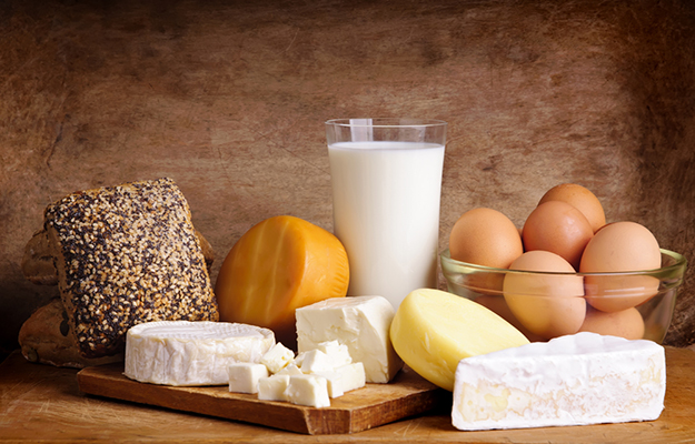 © shutterstock - still-life-with-dairy-products-milk-eggs-bread-and-cheese-on-a-vintage-wooden-background - http://www.shutterstock.com/fr/pic-102461903/stock-photo-still-life-with-dairy-products-milk-eggs-bread-and-cheese-on-a-vintage-wooden-background.html