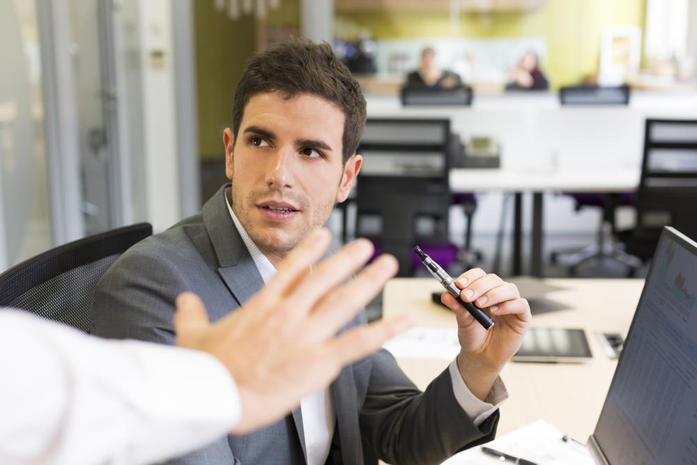 La cigarette électronique ne sera plus autorisée sur les lieux de travail et divers lieux publics