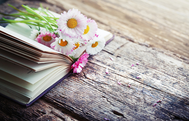 © shutterstock - vintage-books-with-bouquet-of-flowers-nostalgic-vintage-background - http://www.shutterstock.com/fr/pic-275329868/stock-photo-vintage-books-with-bouquet-of-flowers-nostalgic-vintage-background.html