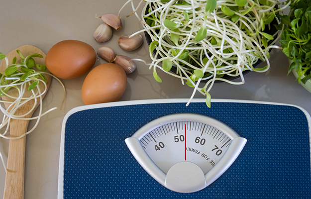 © shutterstock - bathroom-weight-scale-and-egg-with-green-young-sunflower-sprouts-diet-food-concept - http://www.shutterstock.com/fr/pic-279247700/stock-photo-bathroom-weight-scale-and-egg-with-green-young-sunflower-sprouts-diet-food-concept.html