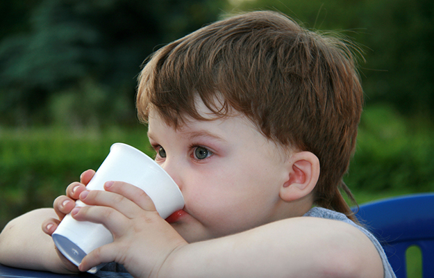 © shutterstock - years-old-boy-drinking-from-a-white-cup - http://www.shutterstock.com/fr/pic-279340046/stock-photo--years-old-boy-drinking-from-a-white-cup.html