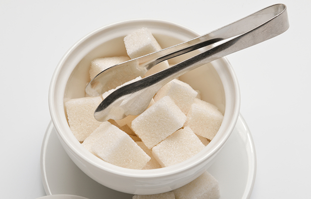 © shutterstock - sugar-bowl-two-cubes-of-sugar-on-a-white-background - http://www.shutterstock.com/fr/pic-279366662/stock-photo-sugar-bowl-two-cubes-of-sugar-on-a-white-background.html