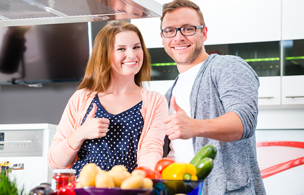 © shutterstock - couple-cooking-pasta-in-domestic-kitchen - http://www.shutterstock.com/fr/pic-279803462/stock-photo-couple-cooking-pasta-in-domestic-kitchen.html