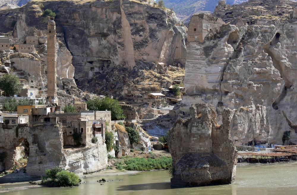Barrages - le superbe site d'Hasankeyf en Anatolie sera recouvert par les eaux, son château, ses sites archéologiques inexplorés... Ne dépassera plus que son minaret