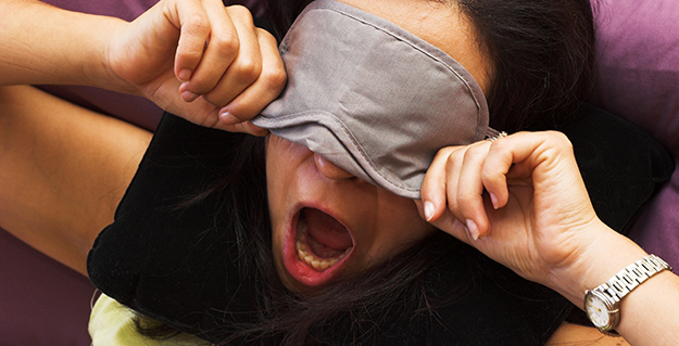 Voyageuse fatiguée essayant de dormir © Shutterstock http://www.shutterstock.com/fr/pic-1259149/stock-photo-tired-traveller-waking-on-flight.html
