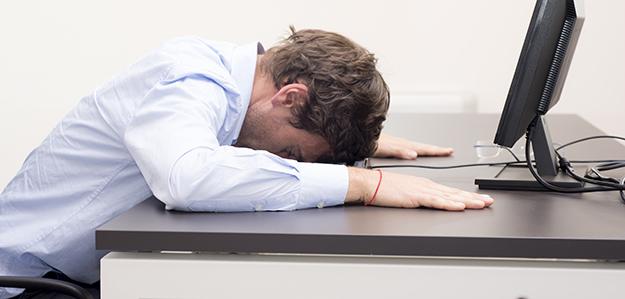 Employé endormi devant son écran au bureau © Shutterstock http://www.shutterstock.com/fr/pic-199285649/stock-photo-employee-sleeping-on-keyboard.html