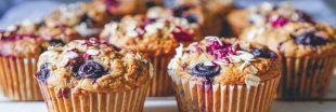 Recette vegan : muffins à l'avocat et aux fruits rouges
