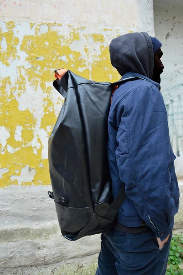Des sacs pour les réfugiés faits à partir de leurs bateaux gonflables: NoBorders Backpack