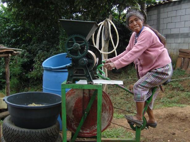 Bicimáquinas, des machines à pédales pour labourer, égrener du maïs ou remorquer 600 kg