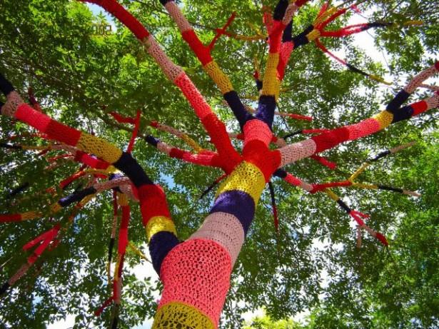 Yarn Bombing: des arbres habillés en tricot