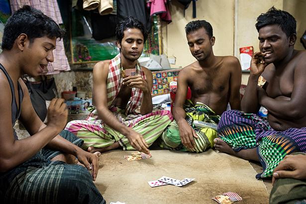 Jouer aux cartes pour se distraire © Jules Toulet