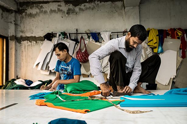 Hossain, responsable de la confection des patrons et de la découpe des tissus © Jules Toulet