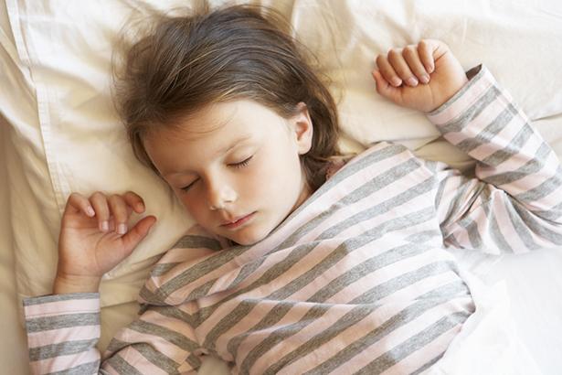 pipi au lit enfant endormie
